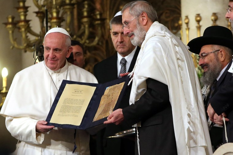Image: Pope Francis exchanges gifts with with leaders and members of the local Jewish community