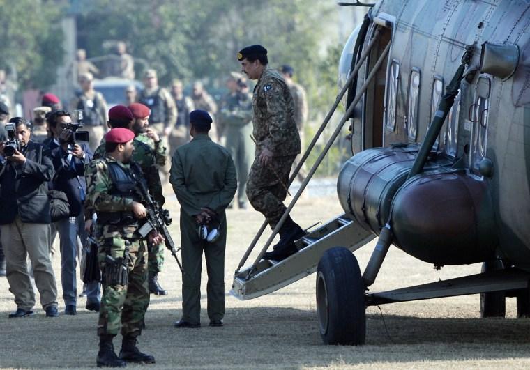 Image: Pakistan's army chief Raheef Sharif (R) arrives at Bacha Khan University