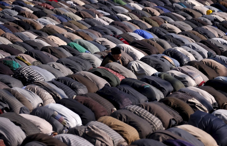 Image: Kashmiri Muslims pray outside the shrine of Jeelani on his death anniversary in Srinagar