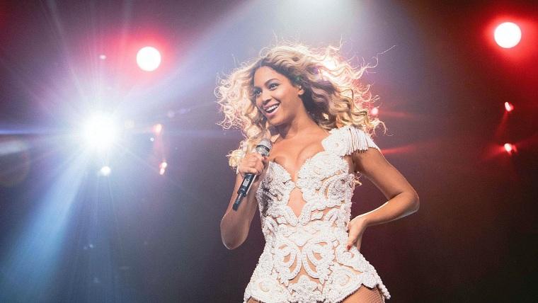 Image: Beyonce performs in Phoenix