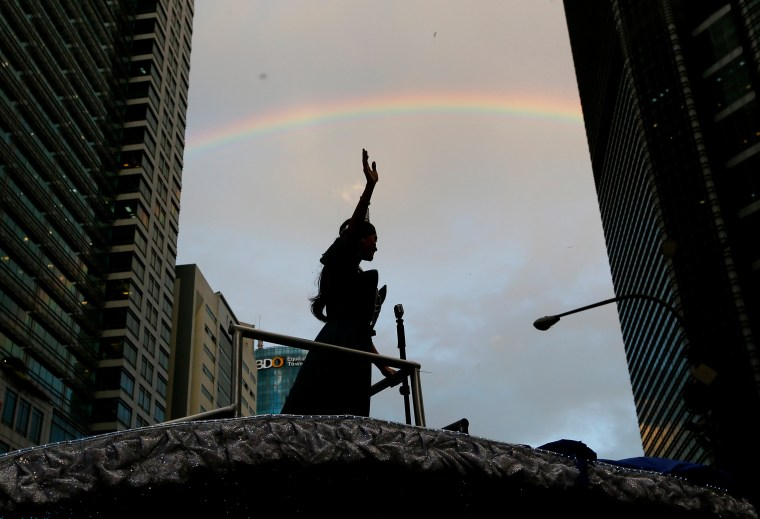 Image: A rainbow appears over newly crowned Miss Universe Pia Alonzo Wurtzbach
