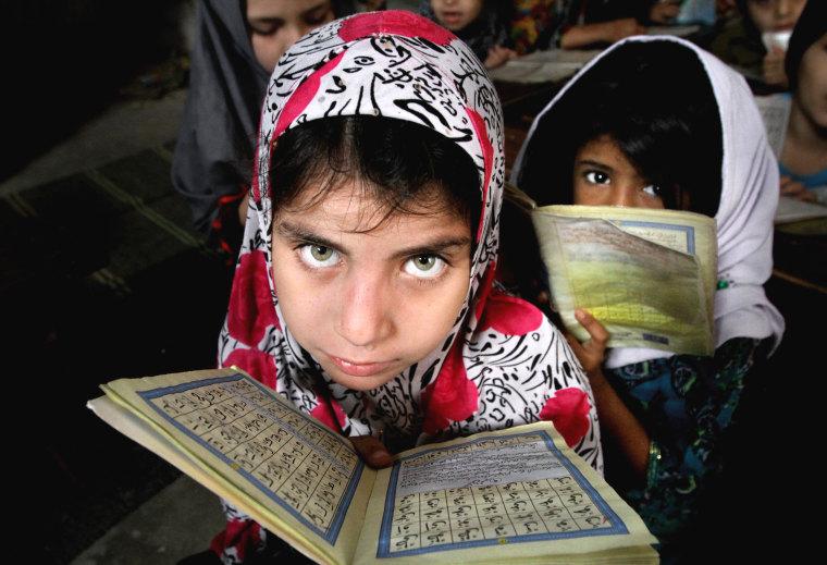 Image: Pakistani girls read the Quran in Karachi