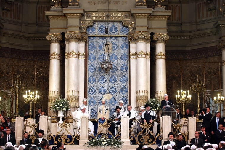 Image: Pope Francis visits Rome's Great synagogue