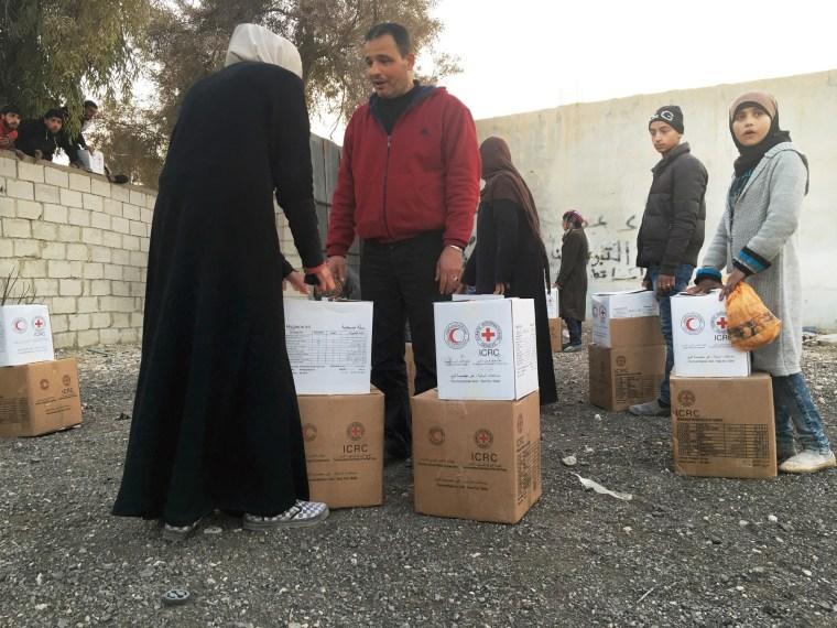 Image: Families receive food and hygiene kits in Moadamiya