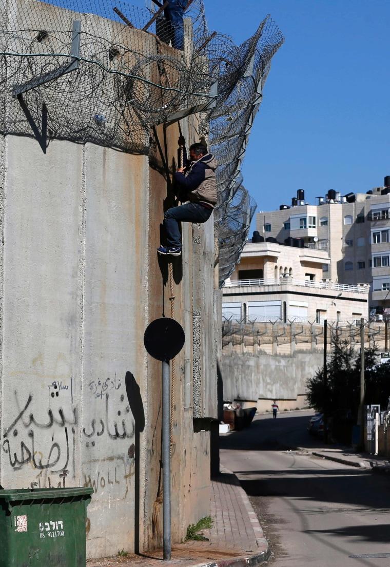 Image: barrier between the West Bank and Jerusalem