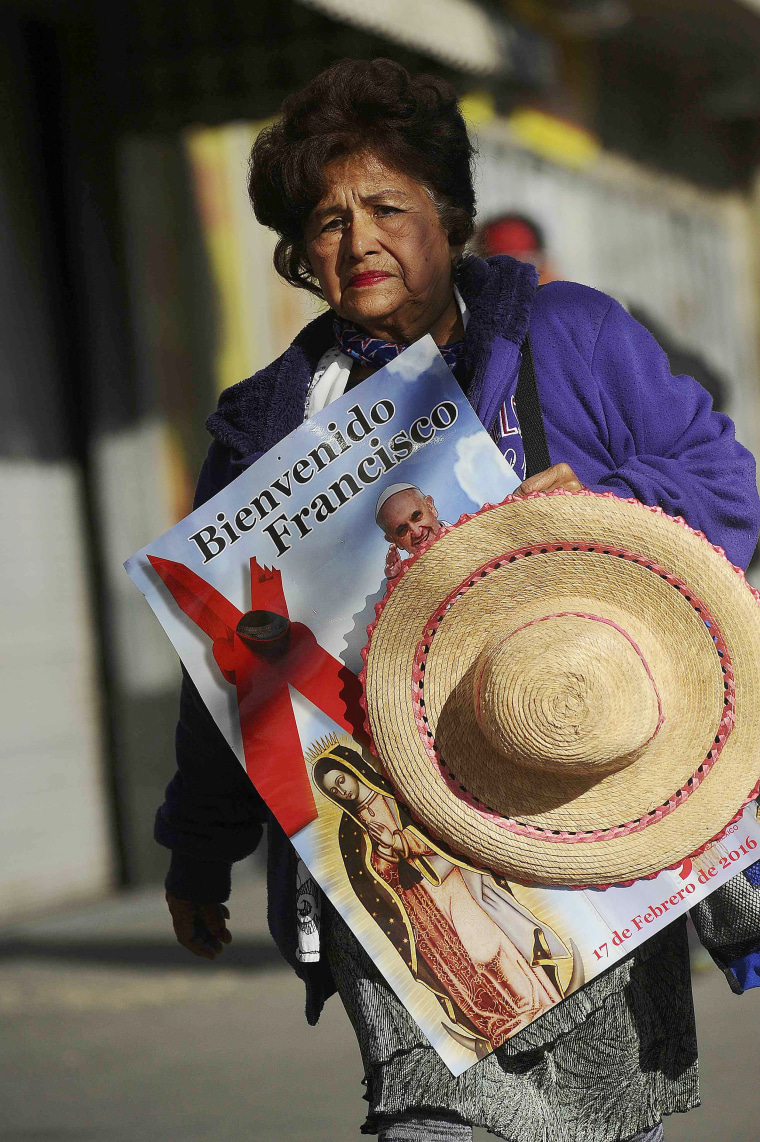 Image: Rufina Duran walks to the border to attend a mass with Pope Francis in El Paso