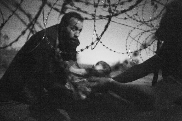 Image: World Press Photo of the Year and Spot News, 1st prize singles Warren Richardson - Hope for a New Life