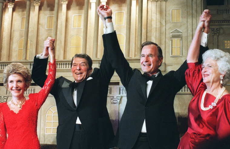 US President Ronald Reagan (l) raises his arms in