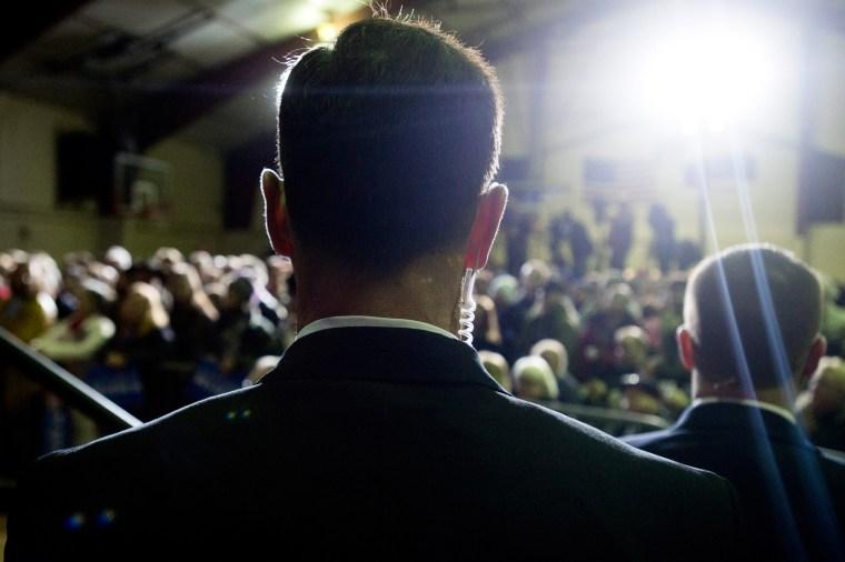 Image: Bernie Sanders campaigns Secret Service