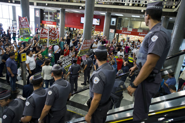 Opponents to former Brazilian President Luiz Inacio Lula da Silva demonstrate in front of a Federal Police station