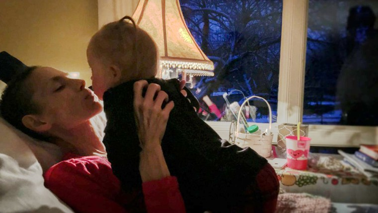 Joey Feek gives daughter Indiana one last kiss