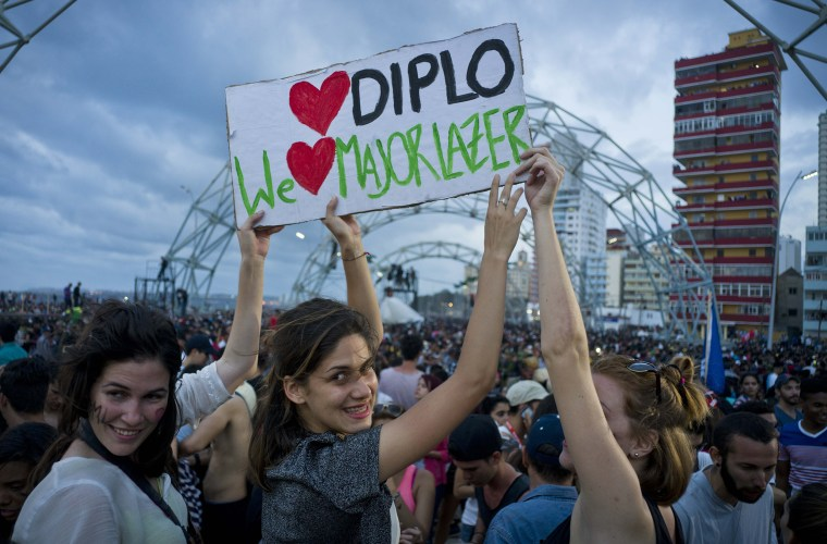 Image: Fans show a sign during a free concert in Havana