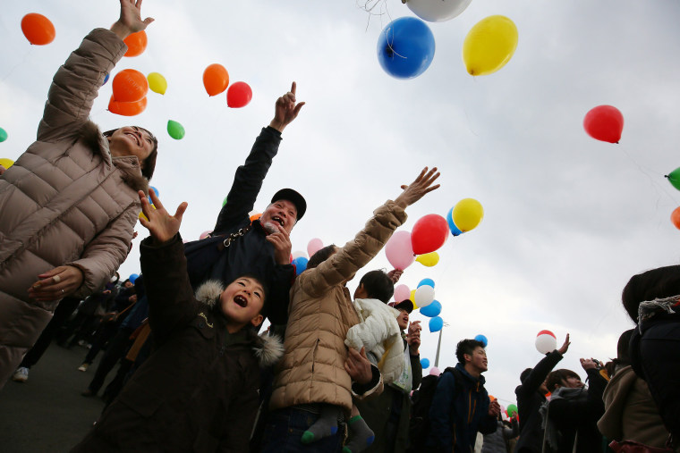 Image: Balloons are released to memorialize victims