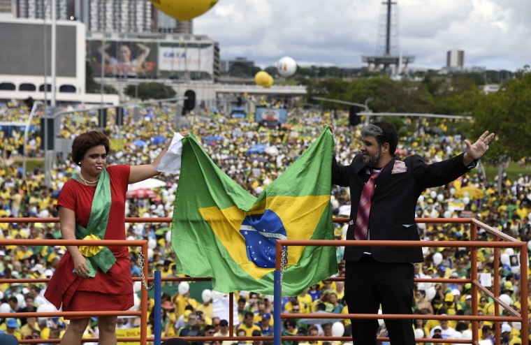 Image: Opponents of the Brazilian government disguised as President Dilma Rousseff (L) and former President Luiz Inacio Lula Da Silva protest