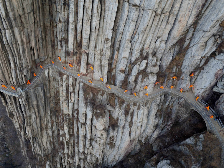 Image: Kung fu practitioners demonstrate their skills on cliff in China