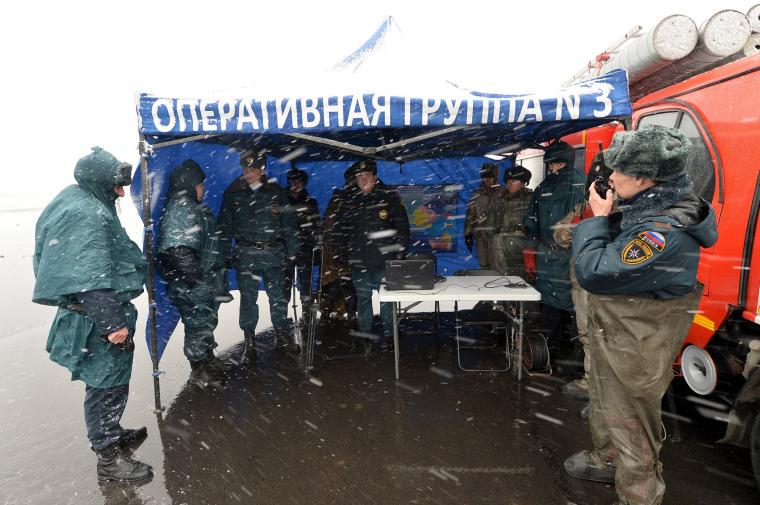 Image: Emergencies Ministry members gather near crash site of Flydubai Boeing 737-800 Flight FZ981 in Rostov-On-Don