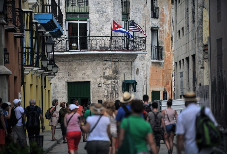 Image: Tourists and Cubans wait for the arrival of President Barack Obama