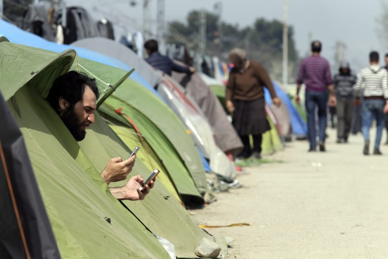 Image: Migrants stuck at Greek-Macedonian border