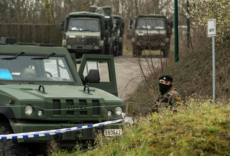 Image: Soldiers carry out a search in Kortrijk