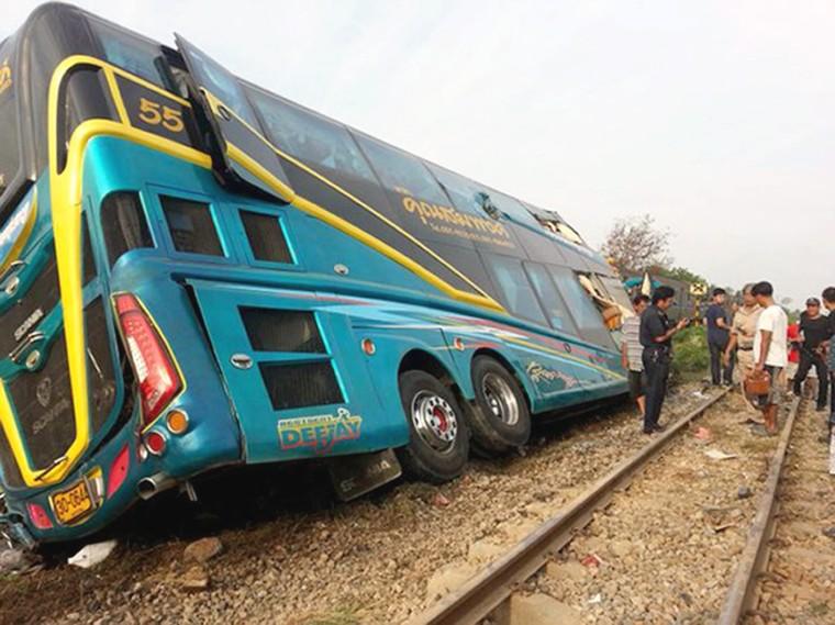 Image: A train crashed into a tourist bus killed three people