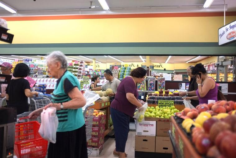 Image: grocery shopping - family spending