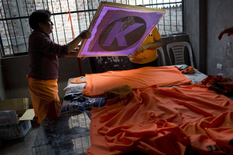 Image: Workers create flags for Keiko Fujimori's presidential campaign in Ayacucho