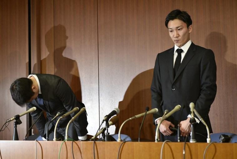 Image: Japanese badminton players Kenichi Tago and Kento Momota apologize for illegal gambling