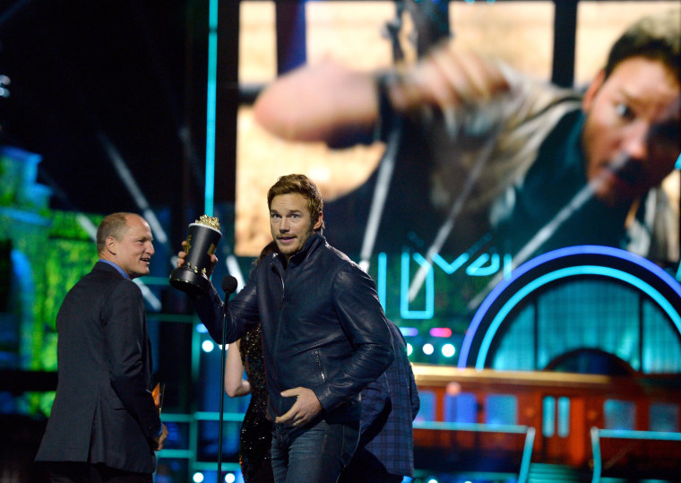 Image: Actor Chris Pratt (C) accepts Best Action Performance for 'Jurassic World' as actor Woody Harrelson (L) looks on