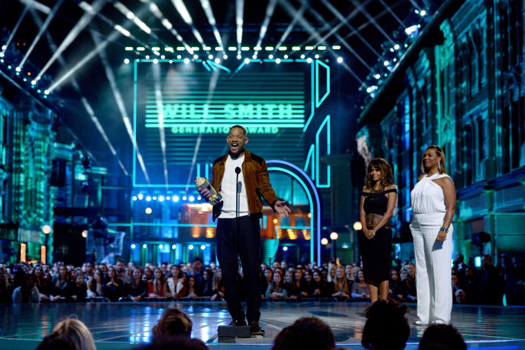 Image:Actor Will Smith (L) accepts the MTV Generation Award from actresses Halle Berry and Queen Latifah