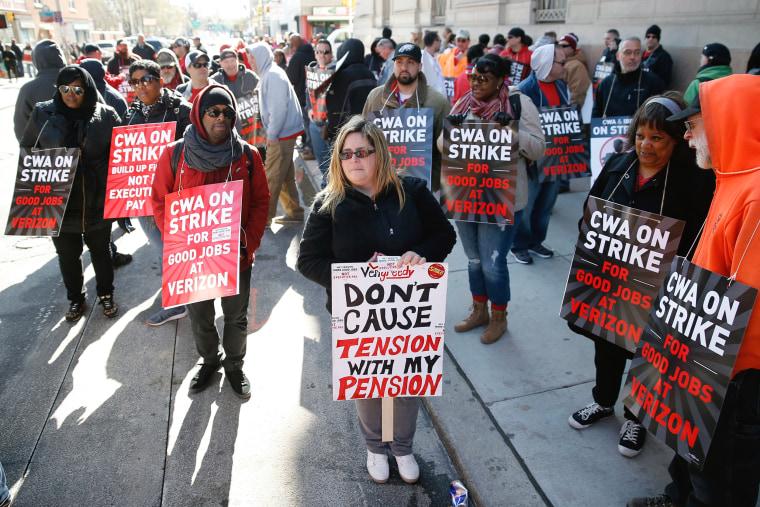 Image: Verizon workers strike
