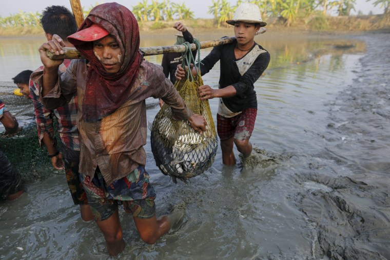 Image: The Wider Image: Children toil in Myanmar