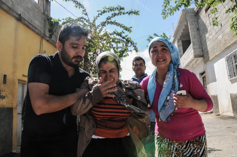 Image: Residents flee as rockets fired from Syria land in the Turkish town of Kilis o