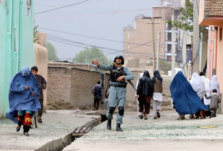 Image: Security officials secure the area surrounding the Ministry of Defense in Kabul
