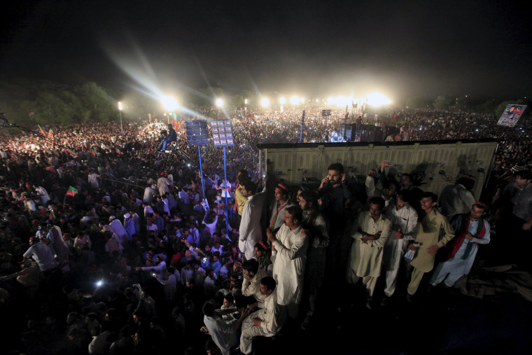 Image: Supporters of Pakistani opposition politician Imran Khan take part in a rally in Islamabad