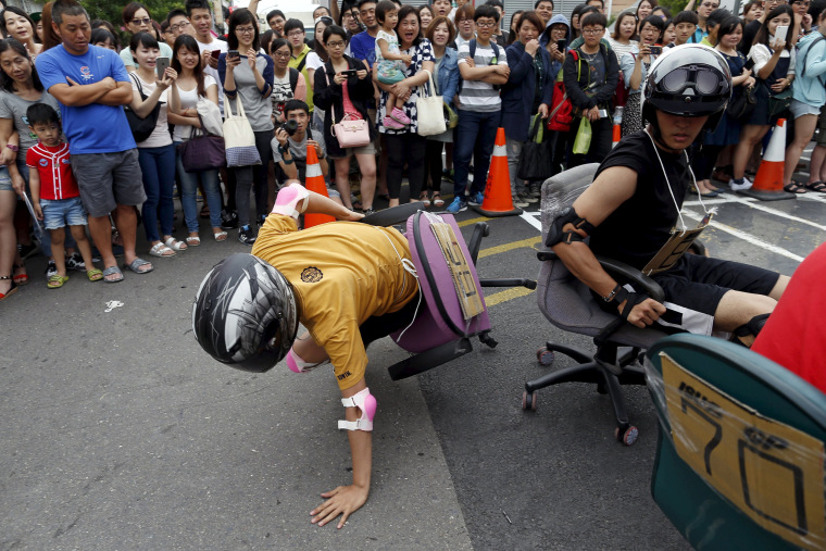 Image: Competitor falls during the office chair race ISU-1 Grand Prix in Tainan