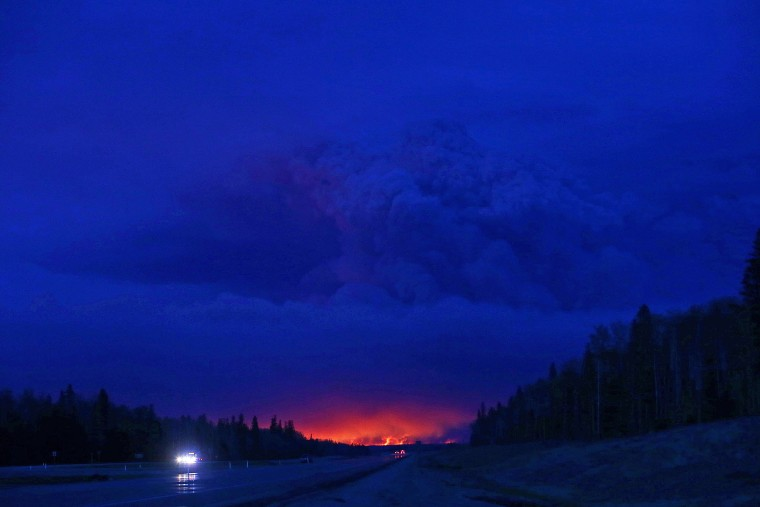 Image: CANADA-FIRE-FOREST-OIL-EVACUATION