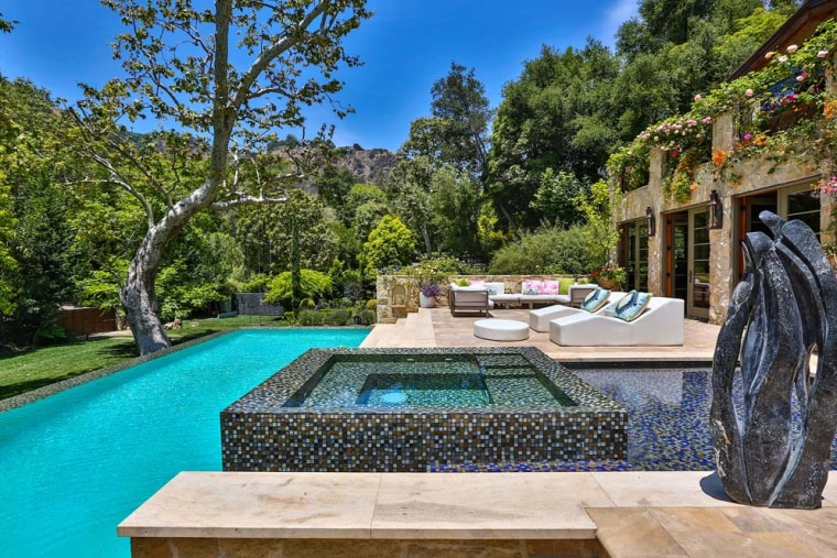 Jennifer Lopez's pool