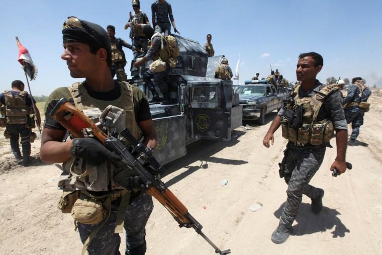 Image: Iraqi security forces gather near Falluja