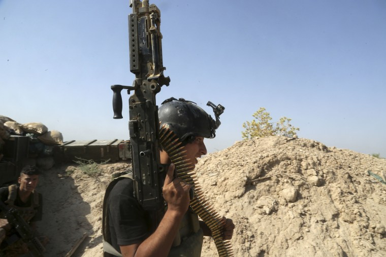 Image: Iraqi counter-terrorism forces take combat positions during a fight in Fallujah