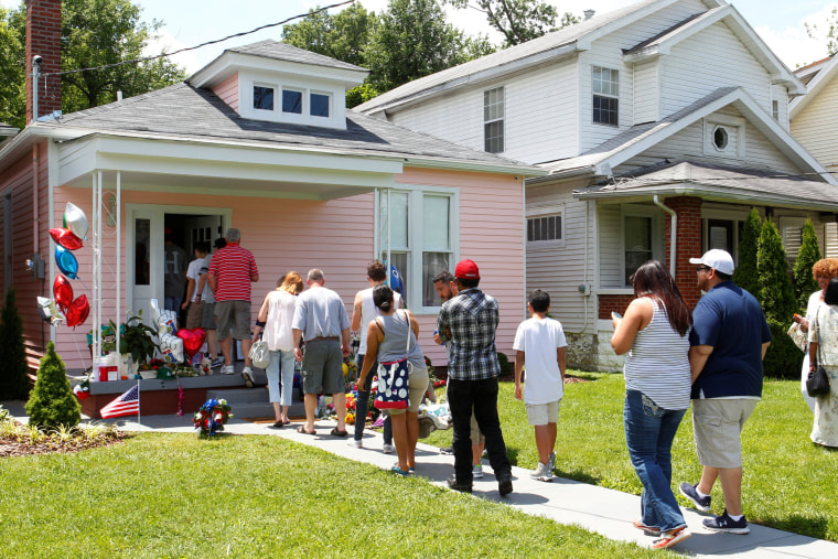 Image: Boxing fans pay their respect to Muhammad Ali, the former world heavyweight boxing champion after he died at the age of 74 on Friday at Ali's childhood home in Louisville
