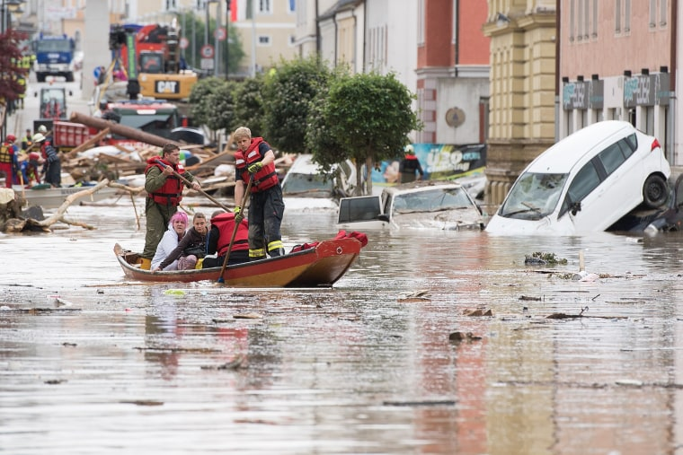Image: Firemen rescue two women following heavy floods in Simbach am Inn, Germany