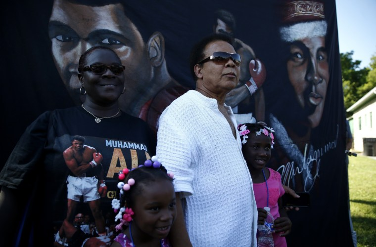 Image: A Muhammad Ali look-alike watches the funeral procession for the three-time heavyweight boxing champion in Louisville