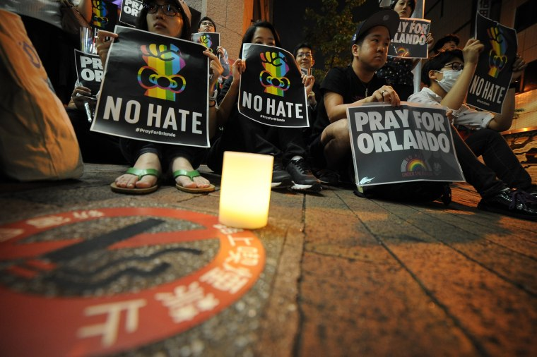 People pay tribute to Orlando victims in Tokyo