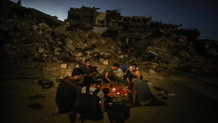Image: Ramadan on the frontline in rebel-held town of Jobar