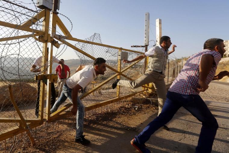 Image: Palestinians break through barrier for Ramadan prayer