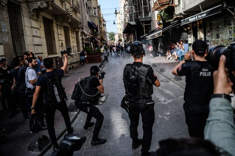 TOPSHOT-TURKEY-GAYS-DEMO
