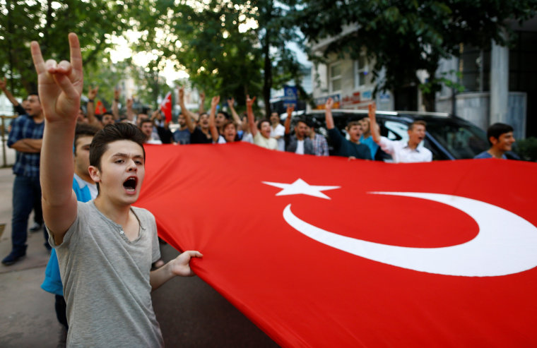Image: Turkish ultra-nationalists protest outside the German Consulate in Istanbul