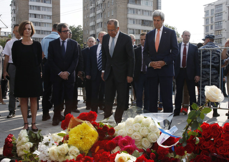 Image: Sergei Lavrov and John Kerry pay tribute to the victims of France terror attack in Moscow