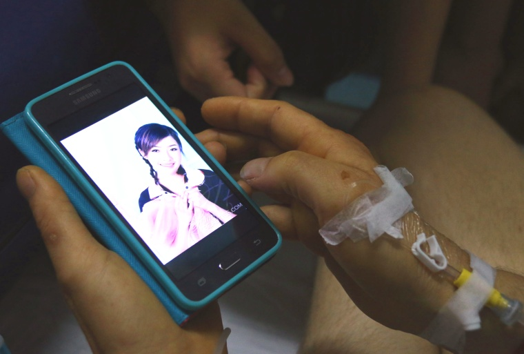 Image: Alexander Pieter Cirk shows a photo of the Chinese woman he met online