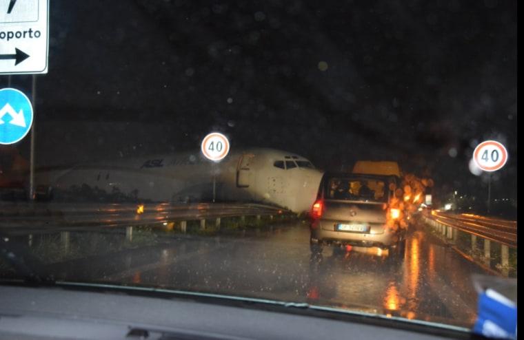 Image: Plane overshoots runway